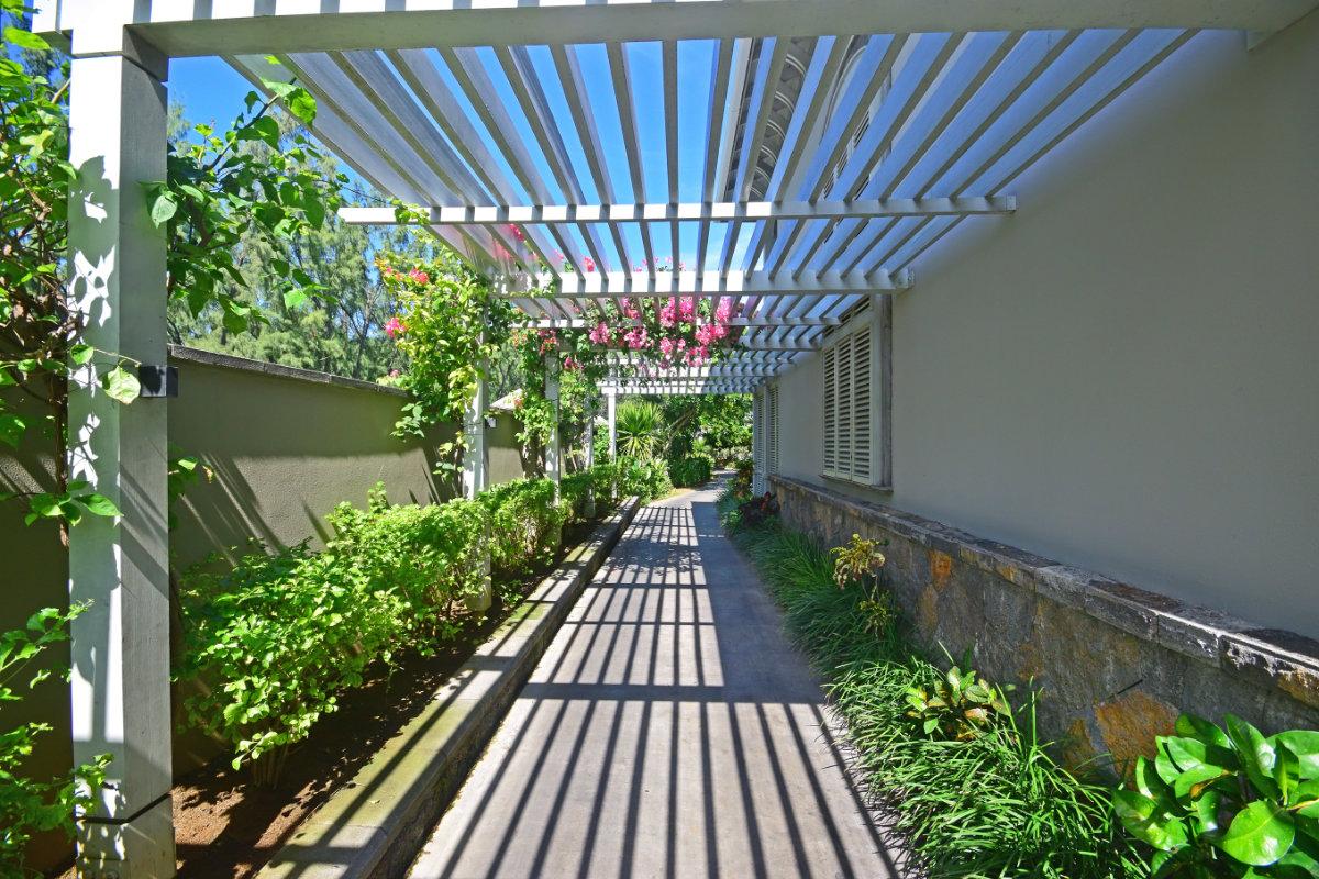 Overdekt terras materiaalsoorten constructie en dak prijzen for Terras op een helling